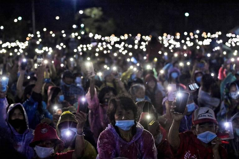 Manifestantes anti-governo erguem seus celulares durante protesto pró-democracia em Bancoc