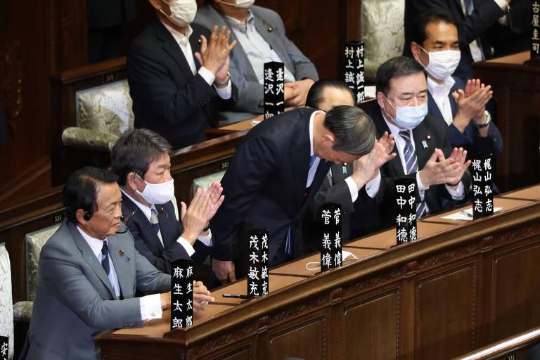 Yoshihide Suga faz reverência após ser eleito novo primeiro-ministro do Japão
