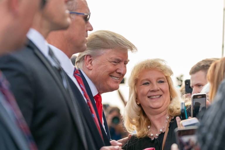 Donald Trump cumprimenta apoiadores ao chegar em Wheeling, na Virgínia Ocidental, em julho de 2019