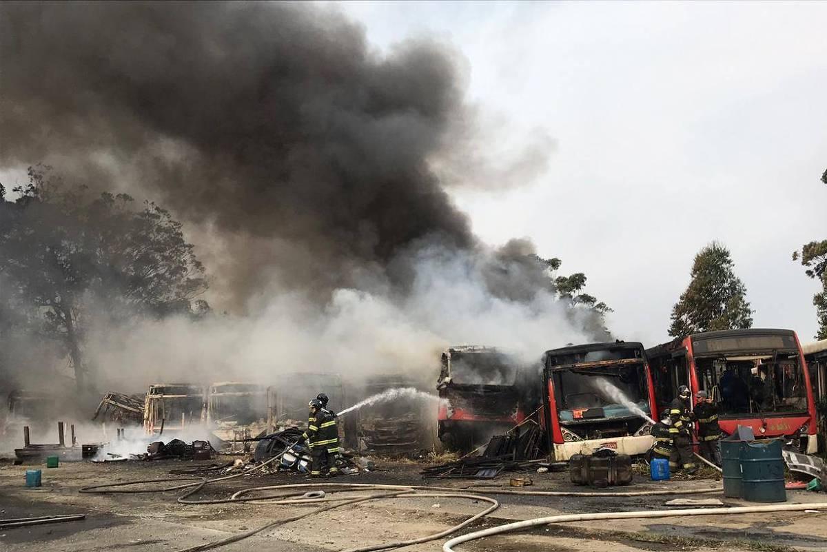 Incêndio destrói mais de 40 ônibus em pátio na zona leste de SP