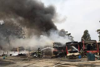 Fogo em pátio de ônibus em Itaquera (zona leste)