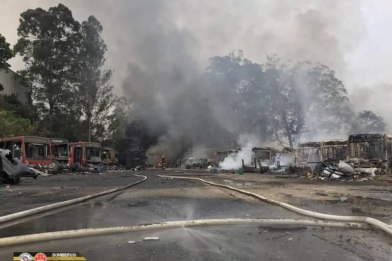 Incêndio destrói mais de 40 ônibus em pátio de veículos na zona leste de SP