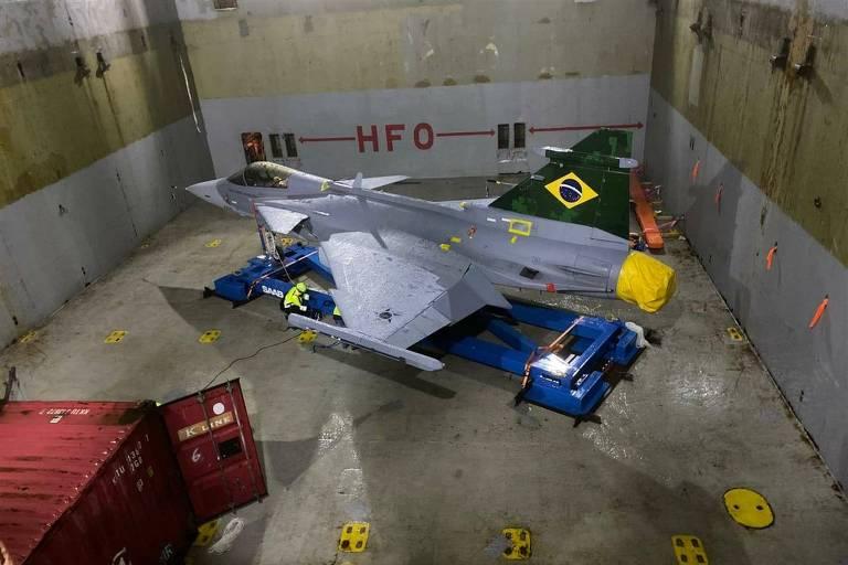 O primeiro caça Gripen da FAB no navio Elke, rumo ao Brasil