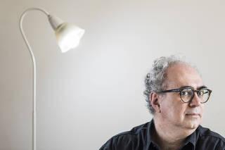 ***EXCLUSIVO MONICA BERGAMO*** Retrato  de Amir Labaki, 57 (escritor,  critico de cinema, curador e jornalista)  em seu apartameto em Higienopolis