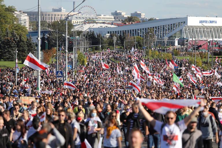 Dezenas de milhares pedem renúncia de ditador na Belarus