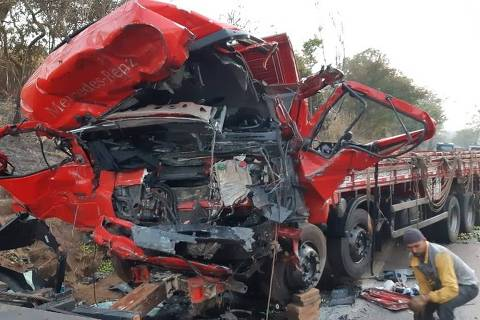 Batida entre caminhão e van mata 12 pessoas no interior de Minas Gerais