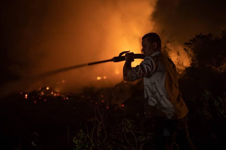 Voluntário combate incêndio e tenta proteger ponte de madeira da Transpantaneira, em Mato Grosso