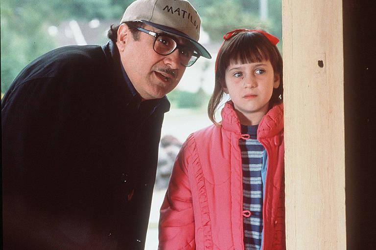 """O ator e diretor Danny DeVito no set de filmagem de """"Matilda"""""""
