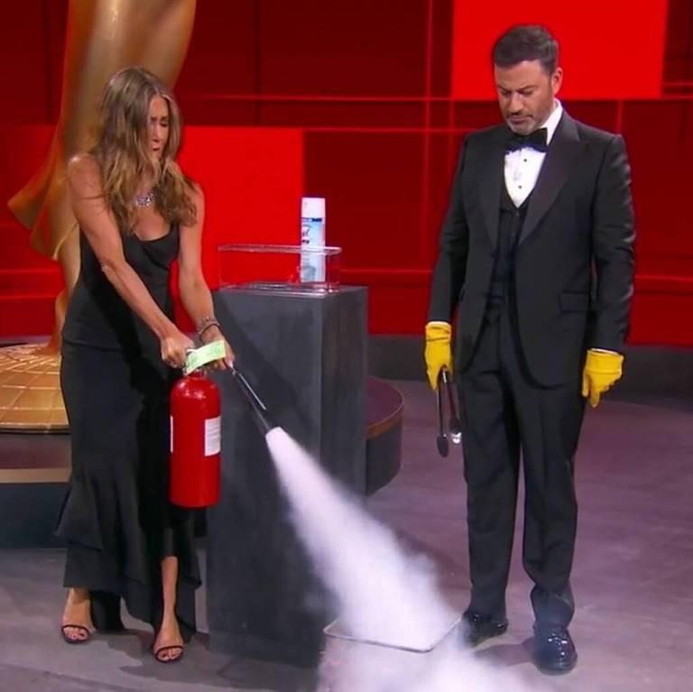 Jennifer Aniston e Jimmy Kimmel dividem o palco no início da cerimônia do Emmy