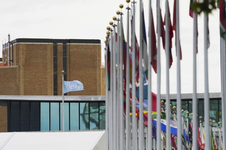 Bandeiras hasteadas em frente à sede da ONU, em Nova York