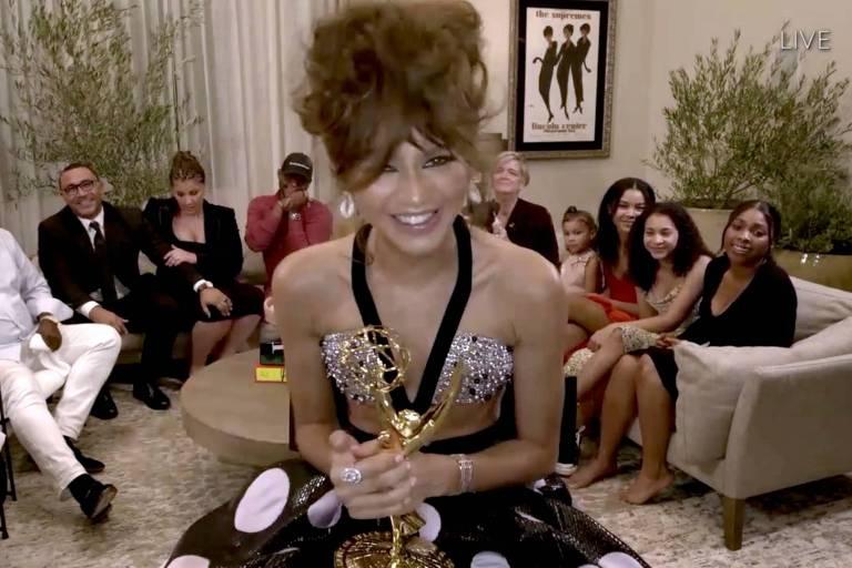 """Atriz Zendaya com sua estatueta de Melhor Atriz de Drama pela série """"Euphoria"""" no Emmy Awards 2020"""