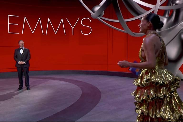 O apresentador Jimmy Kimmel e a atriz Tracee Ellis Ross no Staples Center durante a 72ª cerimônia do Emmy Awards realizada virtualmente neste domingo (20)