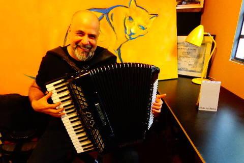 O acordeonista e compositor Toninho Ferragutti, um dos professores da EMESP que participa da 7ª edição da Revirada Musical (Foto: Carlos Bozzo Junior/Folhapress)