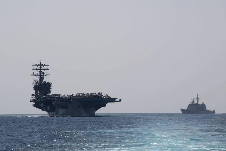 O porta-aviões americano Nimitz entra no golfo Pérsico no dia 18 passado acompanhado por escolta