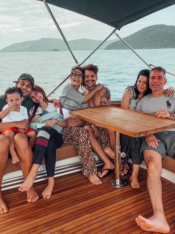 Jonathan Couto a esposa Sarah Poncio e os filhos, ao lado Saulo Pôncio e a esposa Gabi Brant com Simone Pôncio e o pastor Márcio Pôncio