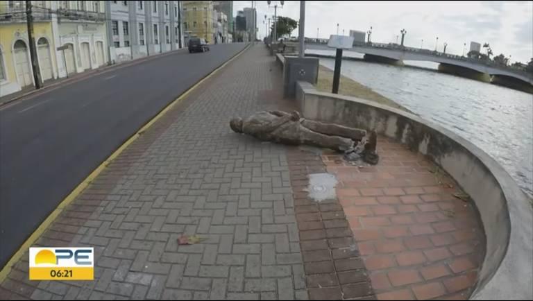 Estátua quebrada