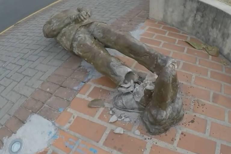 Estátua em homenagem a Ariano Suassuna é depredada no Recife