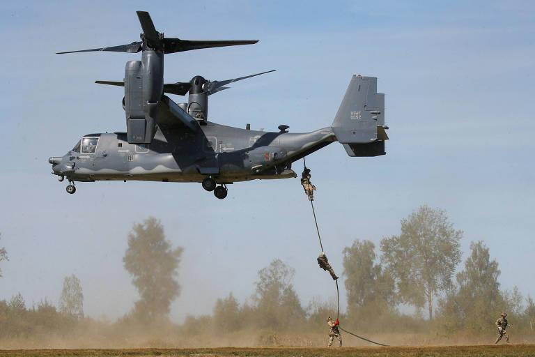 Tropas ucranianas e americanas saltam de aeronave Osprey dos EUA em Lviv (Ucrânia), no sábado