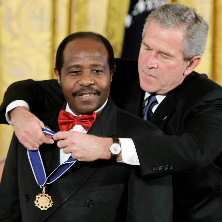 George W. Bush, à época presidente dos EUA, concede a Medalha Presidencial da Liberdade a Paul Rusesabagina, em 2005