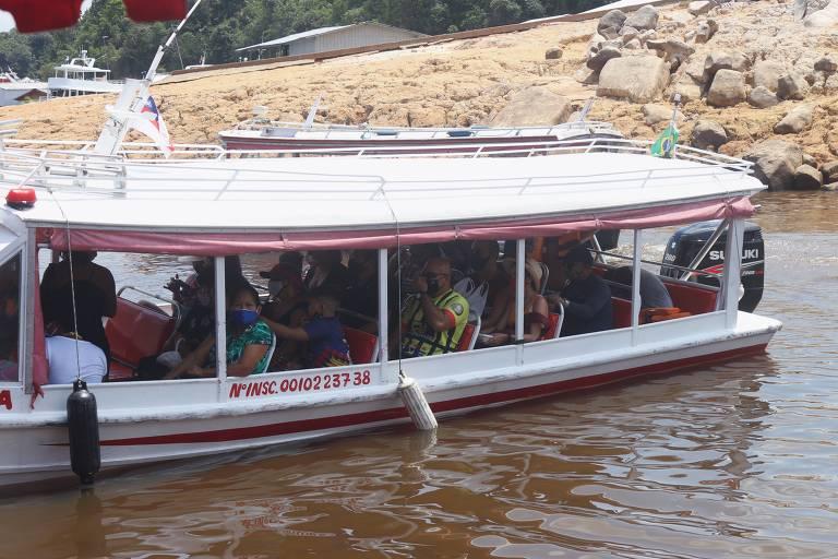 passageiros dentro de um barco
