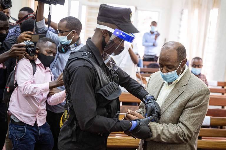 Paul Rusesabagina é algemado por policial após pré-julgamento em Kigali, em Ruanda