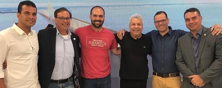 Eduardo Bolsonaro (de vermelho) e Flávio Bolsonaro (canto direito) participam do programa do apresentador Sikêra Jr. (de camiseta preta) em Manaus nesta segunda-feira (21)