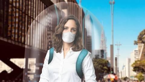 A candidata à prefeitura de São Paulo Marina Helou (Rede) em simulação de equipamento de proteção para panfletagem, que deve ser usado durante a campanha