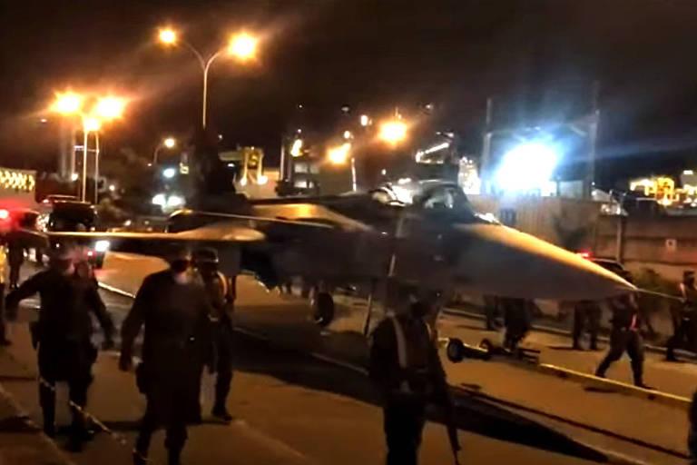 Caça Gripen é rebocado para aeroporto em SC com escolta militar; veja vídeo