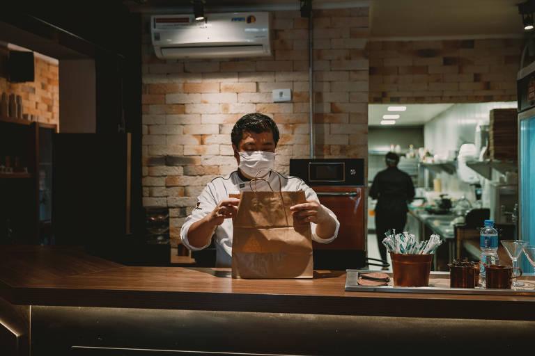 Gerson Higuchi, dono do restaurante Apple Wood, na zona leste da capital paulista