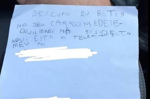Após bater com o guidão da bicicleta em carro, menino de sete anos deixa bilhete para dono de veículo