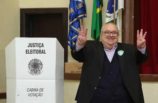 Eleições 2016 - Rafael Greca vota na seção de votação em Curitiba