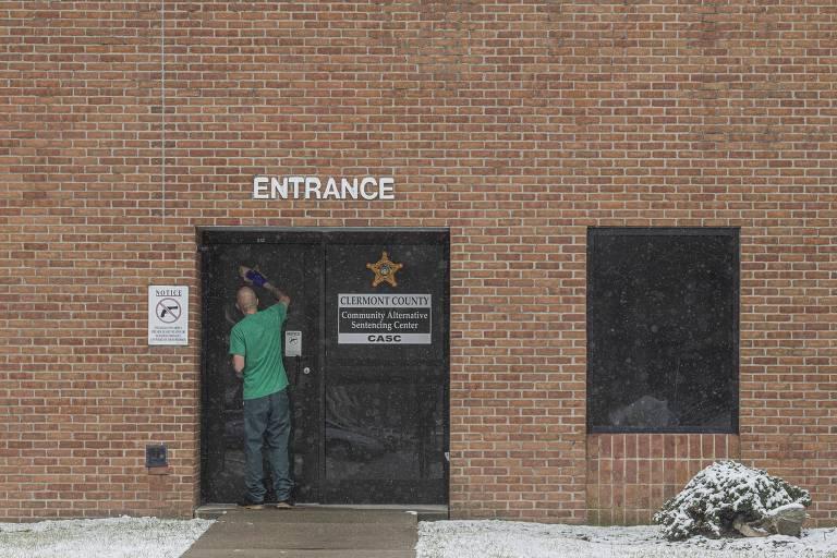 Entrada do Centro de Sentenciamento Alternativo Comunitário no condado de Clermont, em Ohio, onde usuários de drogas são tratados