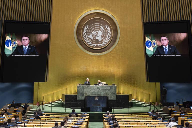 Nos telões da ONU em Nova York, o presidente brasileiro Jair Bolsonaro discursa na Assembleia Geral da ONU