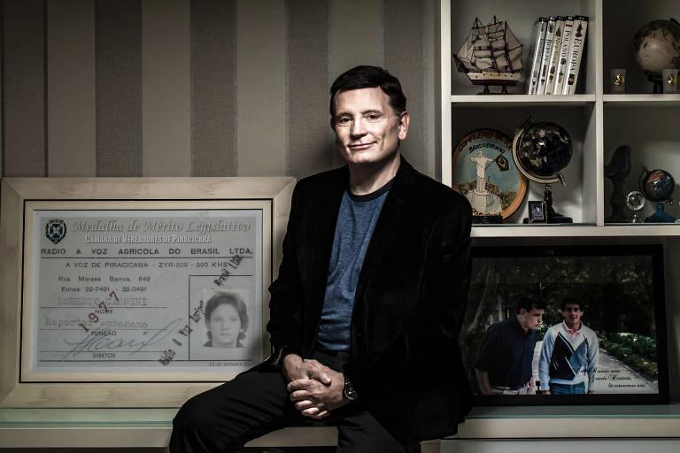 O jornalista Roberto Cabrini em sua casa em Alphaville, bairro em Santana de Parnaíba (SP)