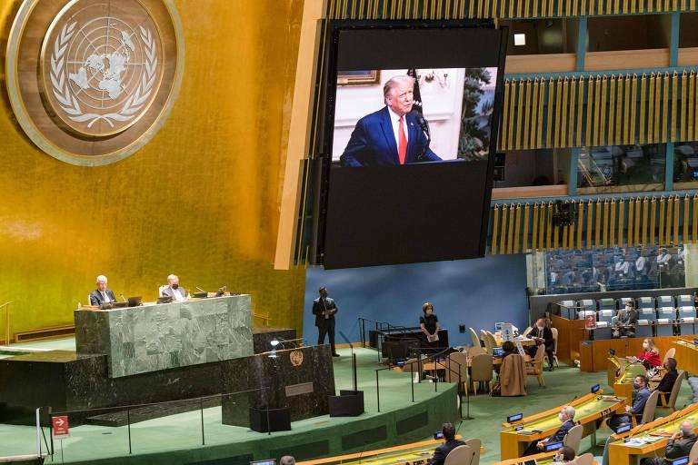 Em telão da ONU em Nova York, o presidente dos EUA, Donald Trump, discursa na Assembleia Geral do órgão