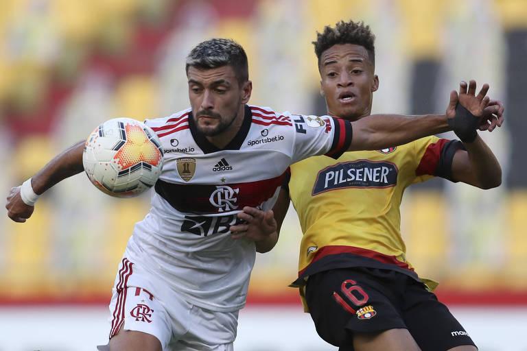De Arrascaeta, do Flamengo, disputa bola com o Byron Castillo, do Barcelona, durante a partida em Guayaquil