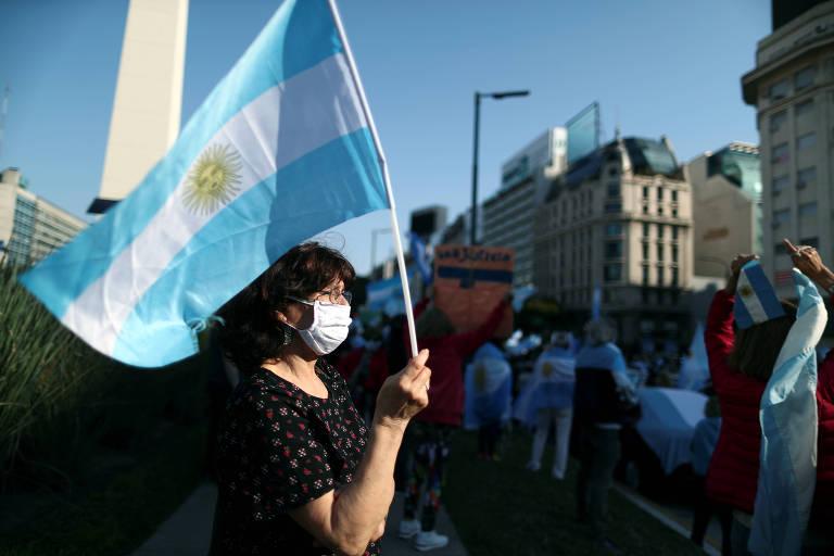 Manifestante segura bandeira argentina durante protesto em Buenos Aires
