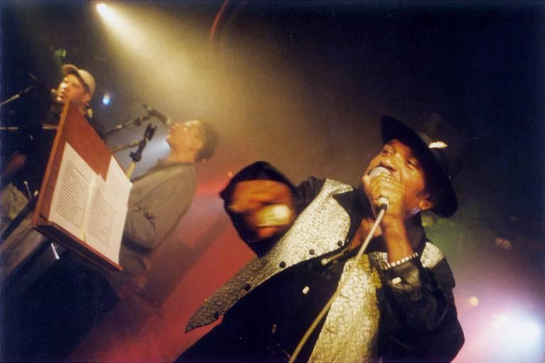 Homem canta em palco