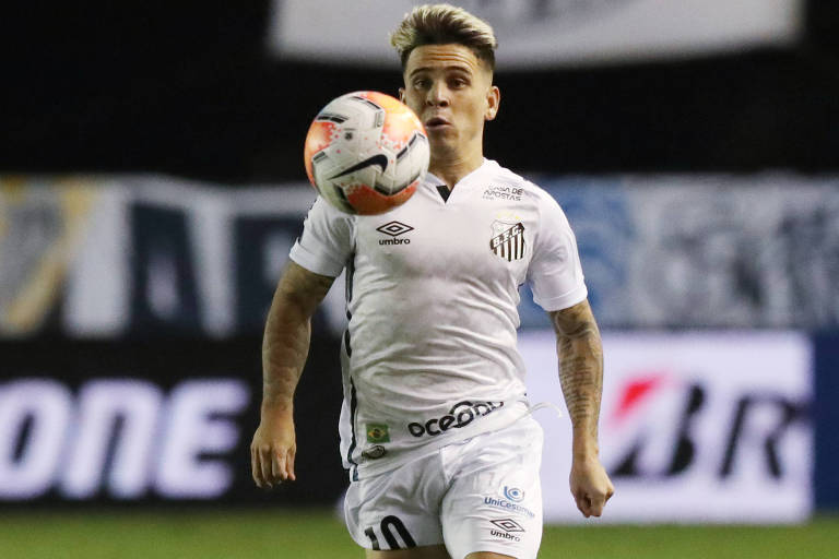 Soteldo domina a bola em partida contra o Olímpia (PAR), pela Libertadores