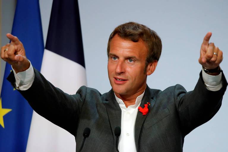 Presidente da França, Emmanuel Macron, gesticula em cerimônia no Palácio Elíseos