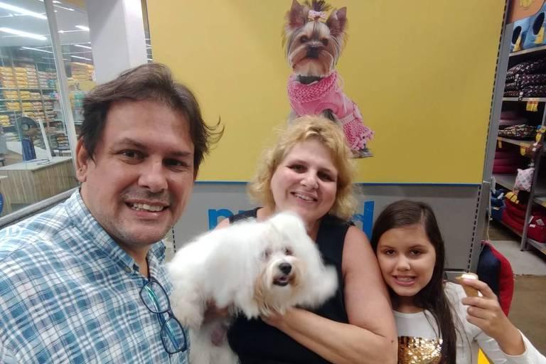 A arquiteta Rosana Pirovano, 47, ao lado do marido, o microempresário Marcello Greco, 53, e a filha Chiara Pirovano Greco, 7; eles posam com o cãozinho Floki