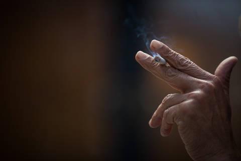 SAO PAULO/SP, BRASIL- 09.07.2020 - Fumantes na regiao do Largo Sao Bento, no centro da capital.. A Câmara dos vereadores aprovou projeto de lei que multa em R$ 500 quem jogar bituca de cigarro no chão. Coronavirus, COVID-19.(Foto: Zanone Fraissat/Folhapress. COTIDIANO**EXCLUSIVO***. ORG XMIT: AGEN2007091630503092