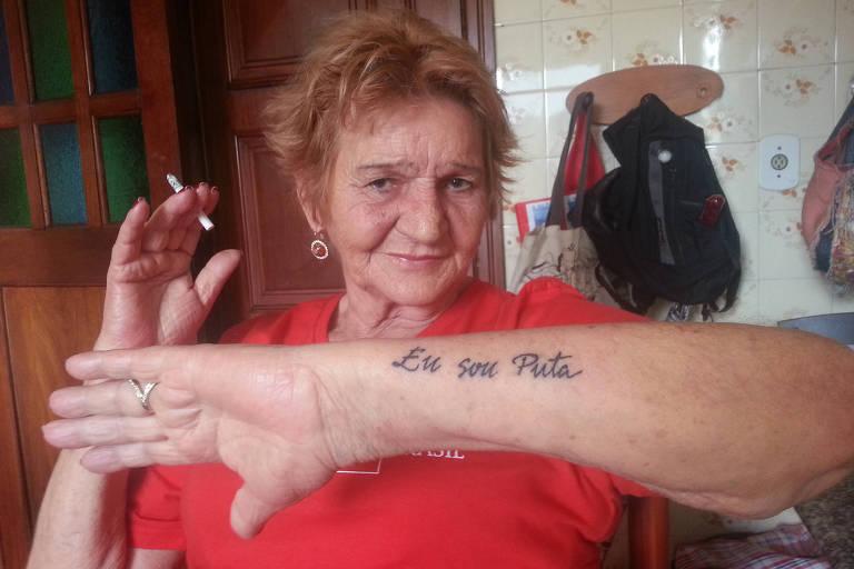 """Lourdes Barreto, 77, coordenadora da Rede Brasileira de Prostituição, mostra a tatuagem """"eu sou puta"""" no antebraço"""