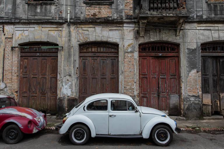 Um dos prédios tombados que pertencem ao INSS e que estão em estado de ruína na Vila Maria Zélia, em São Paulo