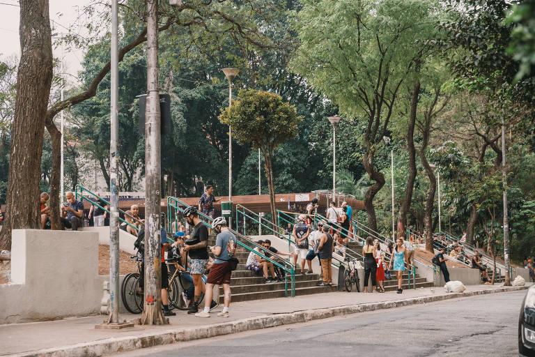 Praça Roosevelt fica cheia durante o fim de semana