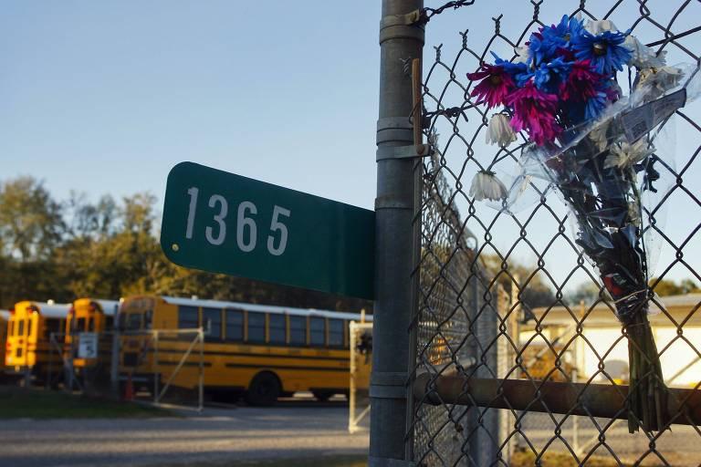 Buquê de flores em homenagem a motorista de ônibus escolar morto por atirador em Ozark, no Alabama