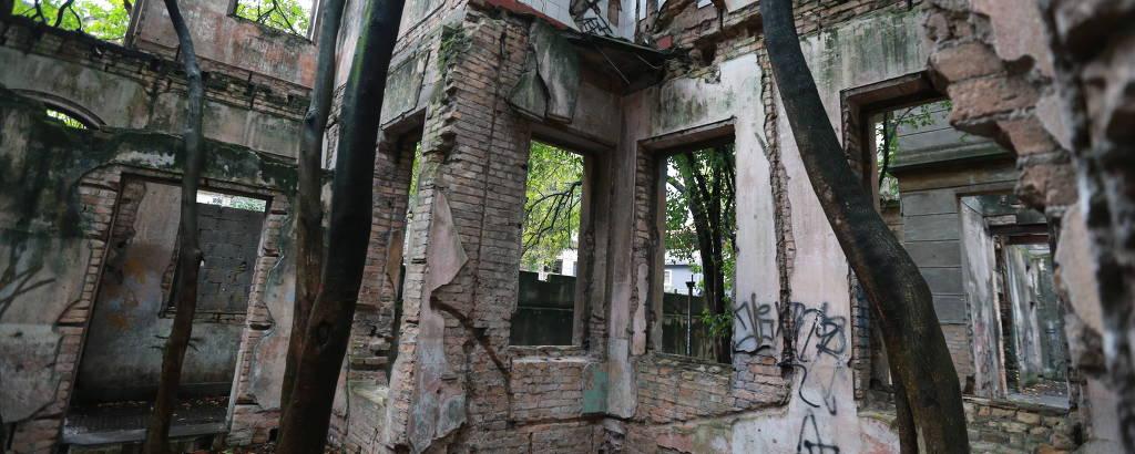 Interior de um dos prédios tombados e em ruínas da vila Maria Zélia, em São Paulo