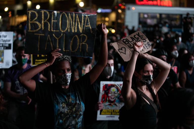 Manifestantes em Nova York protestam contra decisão da Justiça de indiciar apenas um de três policiais envolvidos na morte de Breonna Taylor