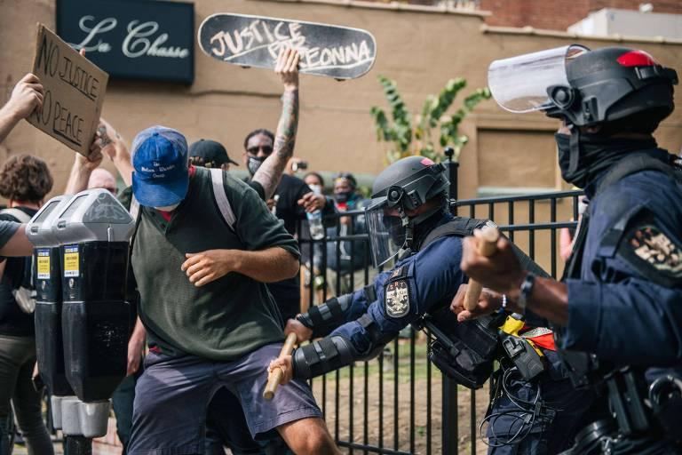Policiais empurram manifestantes que protestam contra a morte de Breonna Taylor, em Louisville