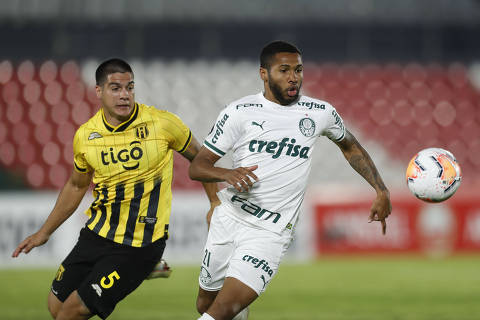 Paraguay's Guarani midfielder Ivan Ramirez (L) vies for the ball with Brazil's Palmeiras midfielder Wesley during their closed-door Copa Libertadores group phase football match at the Defensores del Chaco stadium in Asuncion, on September 23, 2020, amid the COVID-19 novel coronavirus pandemic. (Photo by Jorge SAENZ / POOL / AFP)